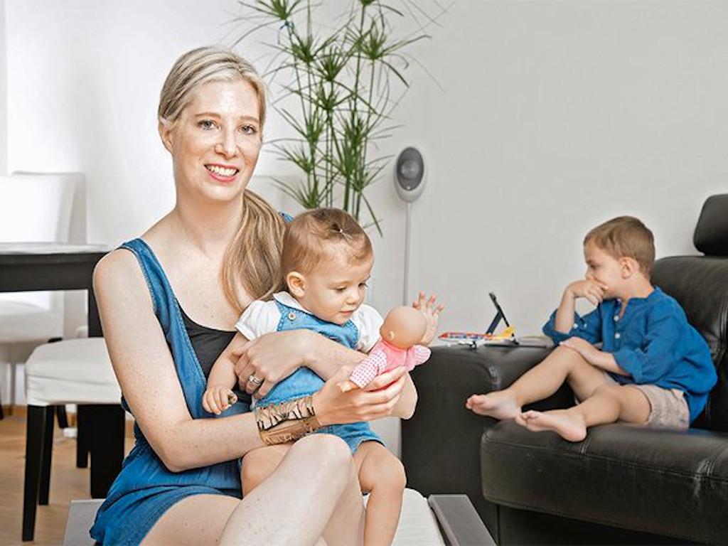 Adva Grundman chez elle à Genève avec ses enfants Liv et Noah. La fille de Adva est Liv née après une fécondation in vitro effectuée en République Tchèque