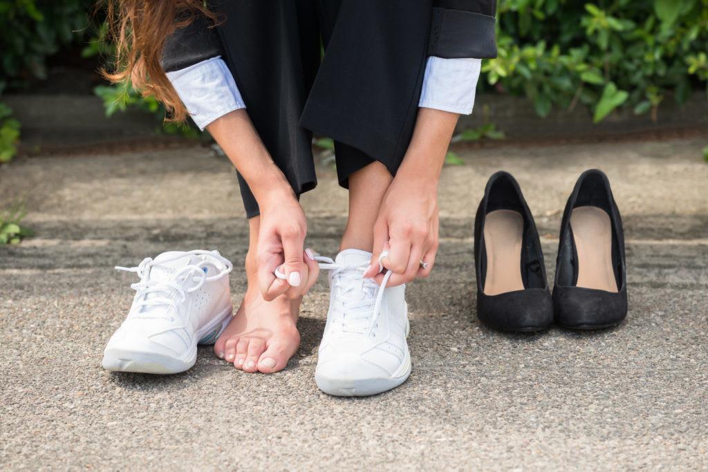 Une femme qui met ses chaussures de sport